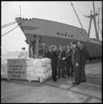 11533 Een vorkheftruc met de 1.000.000.e baal Turkse thee die in Rotterdam wordt aangevoerd; daarnaast officials die ...