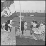 11544 Wethouder R. Langerak hijst de vlag van de Raad voor de Lichamelijke Opvoeding op het tennispark Ruigeplaatbos.