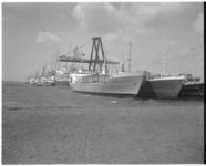 11547 Aantal vrachtschepen aan de kade van de Beatrixhaven, met de zwarte containertransportkraan van Sealand.