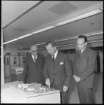 11572 Staatssecretaris mr. C. van Veen (midden) en wethouder J. Worst (links) in een computerzaal van het nieuwe ...