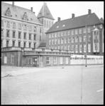 11600 Laagbouw kantoren politie, zijde Doelwater, met stadhuis en hoofdbureau van politie op de achtergrond.