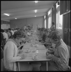11624 Veel dames in wijkgebouw De Wissel waar zij gezamenlijk een spel spelen.