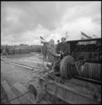 11635 Sport en Recreatie-wethouder R. Langerak (links met helm) slaat eerste paal kinderboerderij aan de Miltonstraat ...