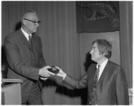 11654 Journalist Cees Nooteboom(rechts) ontvangt de Prijs van de Nederlandse Dagblad Pers 1969.