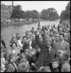 11662 Acteur Joop Doderer als Swiebertje, geeft temidden van grote groep mensen het startschot voor het visconcours.