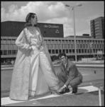 11663 Mannequin showt kleding op Schouwburgplein voor de Doelen.