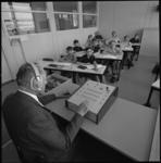 11671-1 Leraar P.J. Groeneboom geeft les in het talenpracticum van de Nicolaas Witsen-school aan de Olympiaweg.