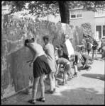 11674 Jeugdigen schilderen muur op de Brink tijdens de 'Vreewijkdag 1969'.