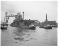 11683 Kraaneiland Choctaw wordt versleept vanaf scheepswerf Van der Giessen in Krimpen aan den IJssel naar scheepswerf ...