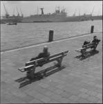 11694 Vanaf bankjes aan de Veerhaven kijken mannen naar de Nieuwe Maas en het cruiseschip 'Hamburg' bij de Wilhelminakade.