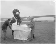11699 Commissaris der Koningin, mr. J.Klaasesz (rechts) onthult bij de Geuzenkreek in het gebied van recreatieschap ...