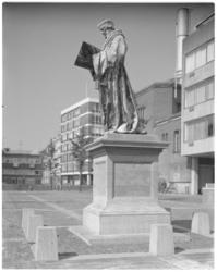 11711 Standbeeld van Erasmus op het Grotekerkplein.