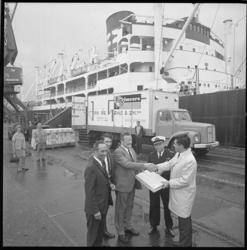 11718 Een officieel overhandigingsmoment van kiwi's op de kade van een Rotterdamse haven met vertegenwoordigers van ...