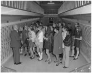 11738 Groep kweekschoolleerlingen op bezoek in een clientenkluis in het hoofdkantoor van de Spaarbank te Rotterdam aan ...