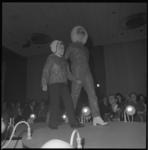 11764 Dame met kind in winterkleding op de catwalk in Hilton-hotel tijdens modeshow van het 100-jaar bestaande ...