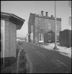 11790 Ingangsgebouw van RET autobusgarage aan de Sluisjesdijk,gefotografeerd richting Nieuwe Maas.