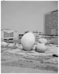 11803-2 Een gedeelte van de NEH-gebouwen op Woudestein met kunstwerk 'De Eieren' (1969) van Petri.