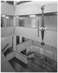 11803-7 Interieur trappenhuis met een hangend kunstwerk in de hoogbouw van de Economische Hogeschool op het complex ...