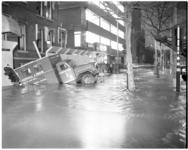 11805 Overstroming Mathenesserlaan ter hoogte van de Heemraadssingel, met weggezakte vrachtauto van Grondboorbedrijf Mos.