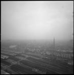 11816 Panorama van de Provenierswijk vanuit het zuiden. Rechts de Rozenkranskerk, links het (witte) Hotel Regina; op de ...