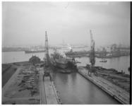 11831 Dok met schip wordt een droogdok ingesleept bij scheepswerf Wilton-Fijenoord (Schiedam).