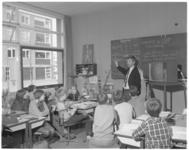 11848 Leerlingen van school in de Roerdompstraat in Vlaardingen krijgen informatie over gebruik van schooltelevisie.