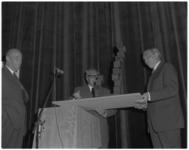11857 Architect H.A. Maaskant (links) en D.J.M. Dura (midden; directeur Aannemingsbedrijf Dura), overhandigen een ...