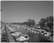 11892 Vanaf het dak van het clubgebouw van Jachthaven Moerman een overzicht van afgemeerde pleziervaartuigen in het ...