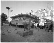 11893-1 Een mobiele hijskraan van Van Loenhout tilt bij het Hermesplantsoen het Oude Tramhuys-gebouwtje van een ...