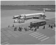 11894 Hoog overzicht van platform Luchthaven Rotterdam met vliegtuig, een Rotterdam Airport-autobus en wandelende ...