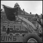 11899-1 Dragline bij het stadhuis tijdens C' 70-'bouw'-defilé op de Coolsingel.