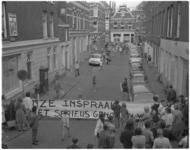 11918-1 Hoog overzicht van straat in Oude Westen met actievoerders en groot spandoek op de voorgrond.