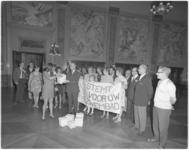 11930 Namens het wijkcomité Het Oude Noorden worden in de Burgerzaal van het stadhuis ruim 11000 handtekeningen en een ...
