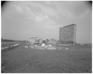11944-2 Op straatniveau vanuit de hoek Abraham van Rijckevorselweg-Burgemeester Oudlaan: totaal overzicht van het ...