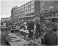 11949 Ton Sijbrands en andere deelnemers tijdens de damsimultaan op het Stadhuisplein, in het kader van C'70.