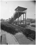 11961 Grote glijbaan op het lunapark-terrein; in de achtergrond de RAC-garage aan de Hofdijk.