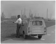 11969-1 Ambtenaar van de Meldkamer Luchtverontreiniging en Geluidshinder, verricht naast zijn dienstauto ...