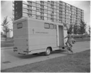 11999-1 Dame stapt in Hoogvliet in het eerste mobiele consultatiebureau voor de bestrijding van tuberculose in Nederland.