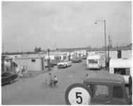 12014 Woonwagenkamp De Kievit bij Bolnes met in de verte de kranen van diverse scheepswerven.