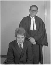 12053 Advocaat met client (geënsceneerde foto). Advocaat gespeeld door fotograaf Ary Groeneveld.