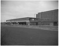 12057 Fonkelnieuw metrostation Slinge tussen de wijken Pendrecht en Zuidwijk. Rechts: de Zuiderparkflat aan de ...