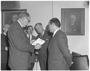 12069 Overhandiging belastingrapport. Tweede van links dr. J.F. van Moorsel, rechts naast hem prof. dr. J.H. Christiaanse.
