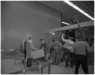 12071 TV-opnamen voor de Johnny & Rijkshow ('een paar apart') in de aankomsthal van vliegveld Zestienhoven. Links: ...