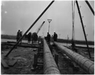 1208 Ten behoeve van de watervoorziening van het toekomstige industriegebied bij Rozenburg worden twee stalen ...