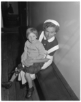 121 Laurie Slinger op schoot van een verpleegster aan boord van de Sibajak.