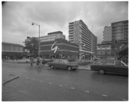 12114 Lijnbaan ter hoogte van Oldenbarnevelstraat met Gerzon en Sporthuis Centrum, links het pleintje met de oude plataan.