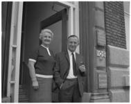 12120 Echtpaar Gebuis voor de ingang van Sint Vincentius Vereniging en de Algemene Hulpcentrale aan Schiekade 105.