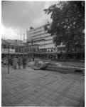 12121 Opbouw vroegere toegangspoort Coolsingelziekenhuis op het Lijnbaanpleintje met de historische plataan.