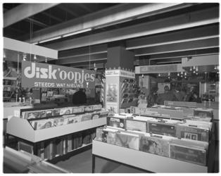12130-1 Interieur van platenzaak Disk aan de Van Oldenbarneveltplaats 450.