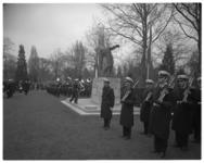 12143 Kranslegging op begraafplaats Crooswijk bij het monument der gevallenen door generaal C.C. Schoenzetter, in ...